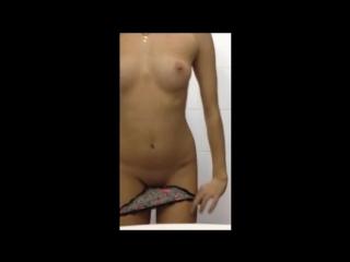 девушка раздевается в перископе домашнее частное видео не порно секс HD эротика голая школьница красотка попка сиськи под юбкой