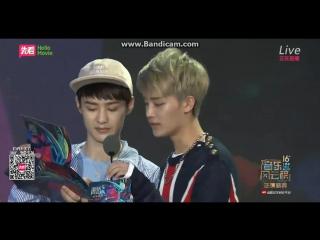 160409 Top Chinese Music Award - NCT U Taeil Kun presenting the award to Kangta