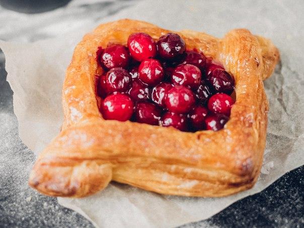 Многие жалуются, что в пекарнях #BengelBakery нет слоек, где много-много ягод и...