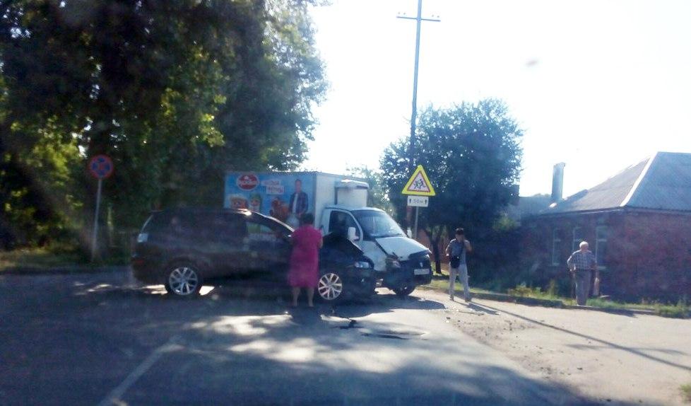 Сегодня утром в Таганроге дорогу не поделили водители Mitsubishi и «ГАЗели»