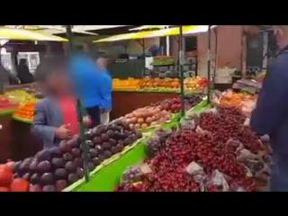"""Obid Asomov San-Frantsisko bozorlarida ozbek mevalari bilan «savdo-sotiq"""" qilmoqda"""