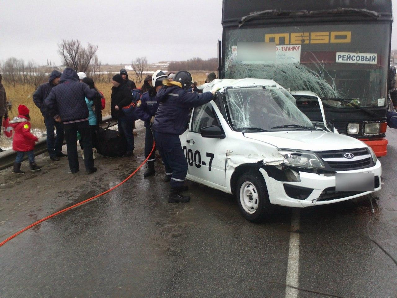 На донской трассе пассажирский автобус «Москва-Таганрог» столкнулся с Lada Granta