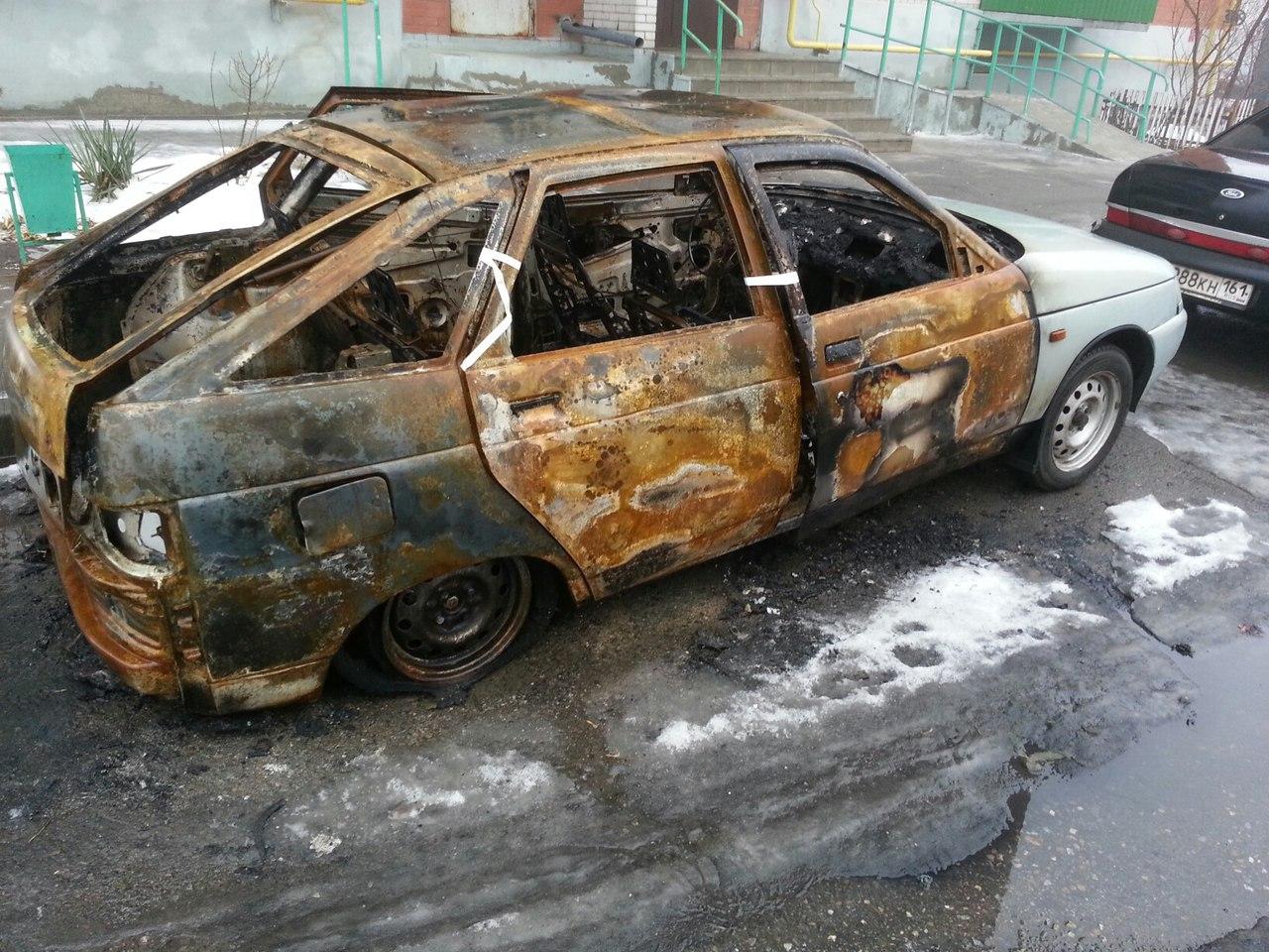 В Таганроге в микрорайоне Простоквашино горели два автомобиля