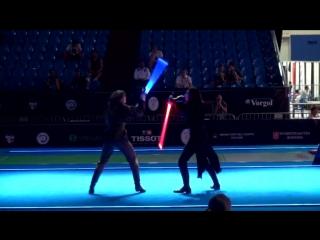 Действительно зрелищный бой на световых мечах