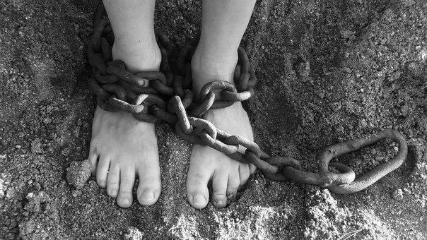 Сексуальні домагання та катування струмом. Amnesty опублікувала доповідь про тортури на Донбасі