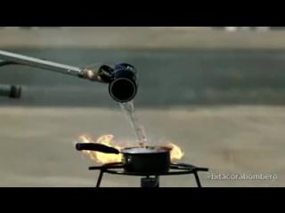 Экспериментатор. Горящее масло тушится водой. Никогда так не делайте!