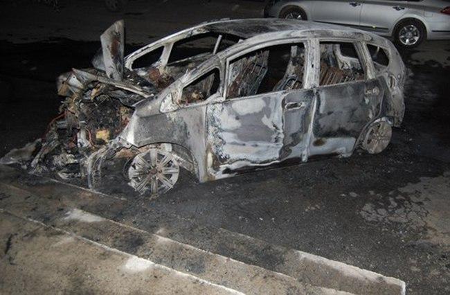 В Таганроге на Нижней линии сгорел автомобиль Honda Fit