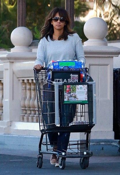 Холли Берри на шоппинге в Лос-Анджелесе.