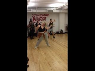 Полная девушка танцует