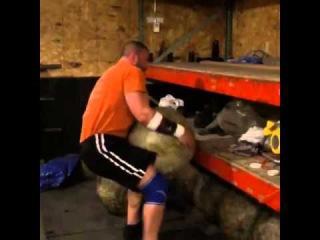 Адам Деркс ( США) , камень - 211 кг, с. в. атлета - 113. 5 кг !