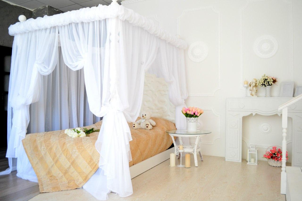 фотостудия с белой кроватью начала