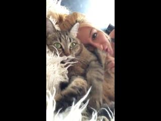 Katrin  Tequila тискает кота