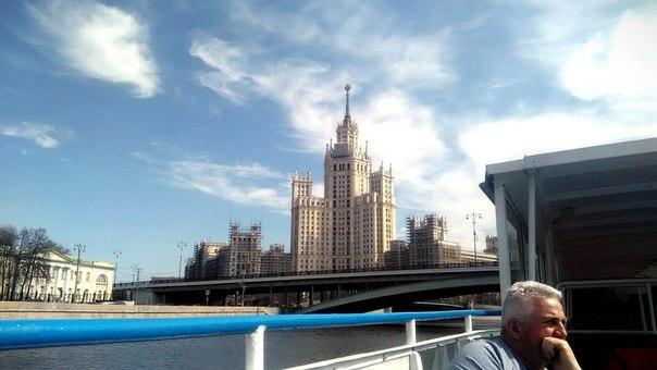 Просто раритетная фотография получилась: всё отлично видно и в строительных лесах=)  Это жилой дом на Котельнической набережной. Это не очень популярная Сталинская высотка.