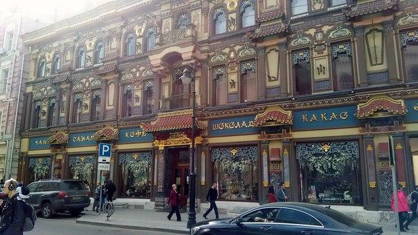 Довольно смешное здание на улице Мясницкой возле Банковского переулка.