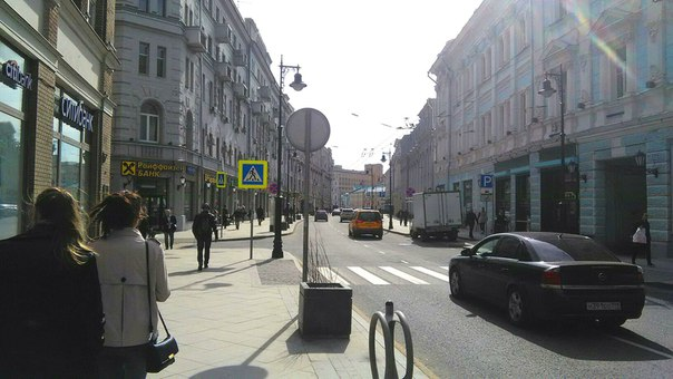 Как я и говорил до этого: Мясницкая, хоть и оживлённая улица, но приятна для пешехода. Тут красивые фонари. Все переходы с пандусами. Все вазоны только делают вид, что они нужны.  А слева вход в Банковский переулок, где и разместилось Большое кафе.