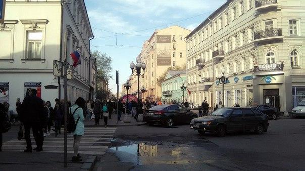 А вот и вид на «начало» Старого Арбата.  Ничего впечатляющего, просто большая пешеходная улица. Почему-то мы встретили только одного музыканта там.