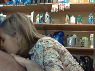 Жена сосет начальнику на работе, отчет для мужа