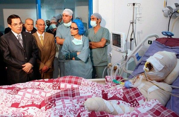 Президент Туниса Зин аль-Абидин Бен Али (слева) навещает Мохаммеда Буазизи, моло...