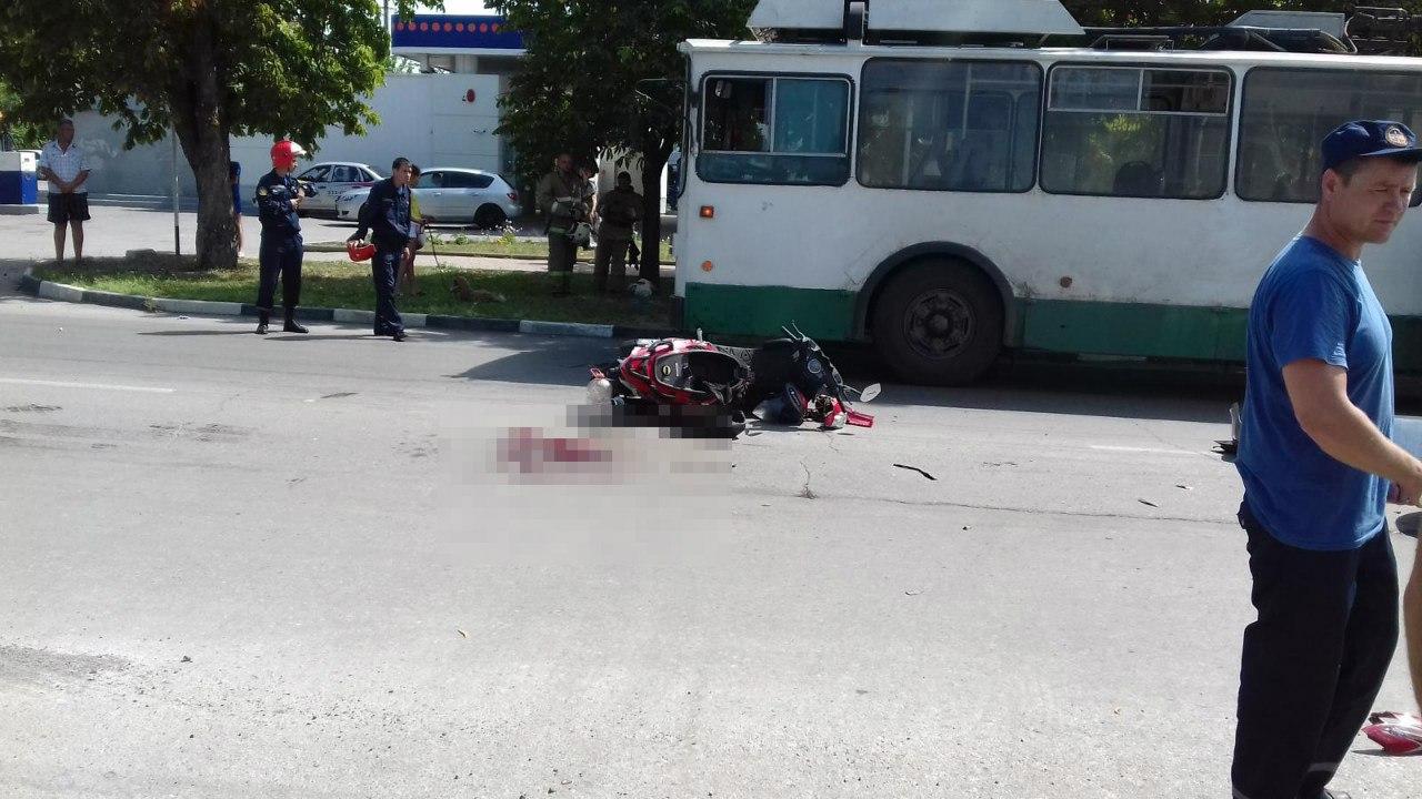 В Таганроге столкнулись скутер «Омакс» и Kia Ceed, двое пострадавших