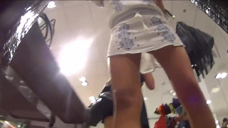Под юбкой у двух красоток в торговом центре upskirt  » онлайн видео ролик на XXL Порно онлайн