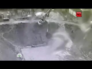 Камеры сняли падение экскаватора в котлован на стройке в Москве