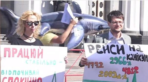 В Киеве активисты в шезлонгах потребовали не отпускать Раду в отпуск
