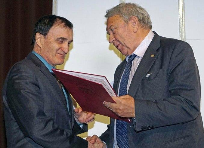 Президент Российской академии наук Владимир Евгеньевич Фортов вручает Александру Александровичу заслуженную награду
