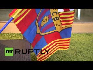 Испания: Футбольные фанат возлагают цветы на Йохана Кройфа статуя в Барселоне.