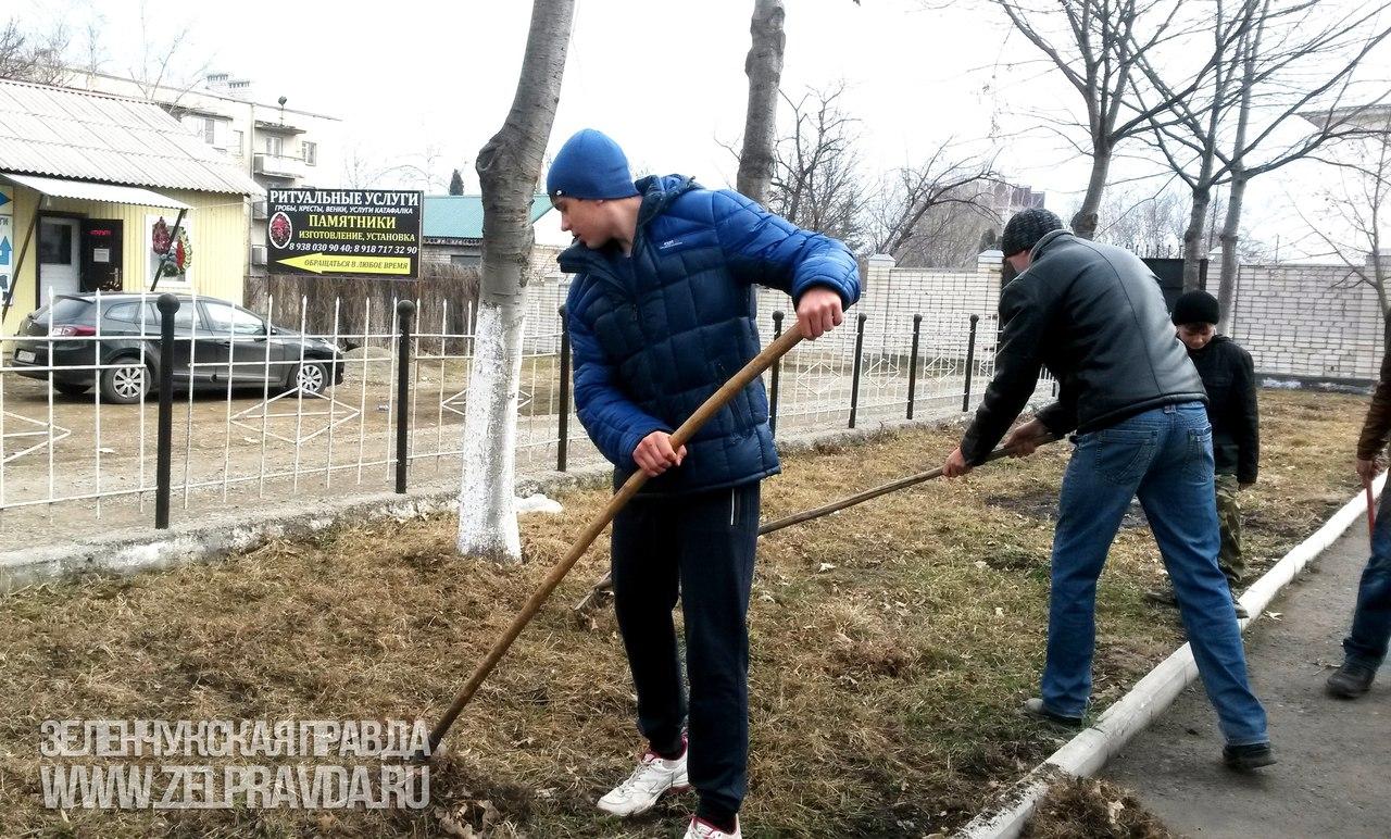 Молодежь из Зеленчукского казачьего общества провела субботник