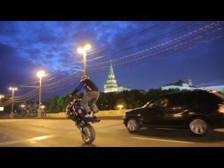 Трюки на мото по ночной Москве