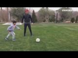 Криштиану вместе с сыном тренируют точность удара