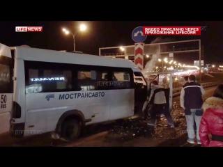 Семь человек пострадали в аварии с маршруткой в Москве