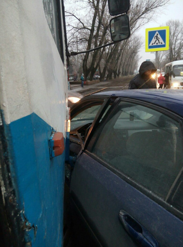 В Таганроге на улице Дзержинского трамвай №2 протаранил легковушку