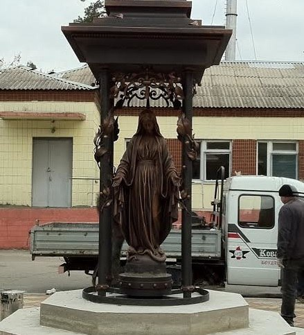 Декоммунизаторы повредили статую Божьей Матери