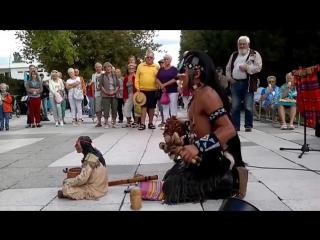 Настоящий индеец играет музыку