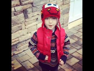 Сын Михаила Грабовского поёт рождественскую песню, что Санта Клаус придёт :)