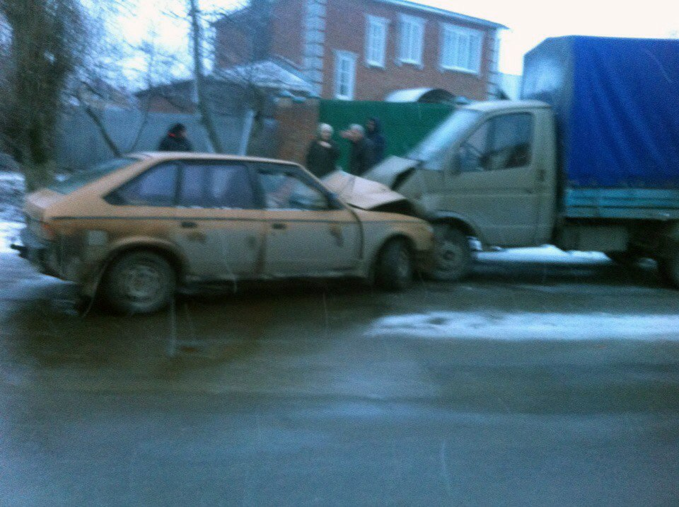 В Таганроге пьяные на «Москвиче» врезались в «ГАЗель», двое пострадавших