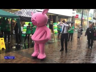 Танцевальный баттл полицейского и розовой свинки (6 sec)