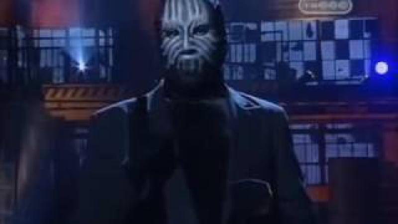Раскрывает фокусы человек в маске