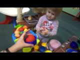Лиза играет с Катей в детском парке развлечений, катается с горки, готовит суп, много шариков