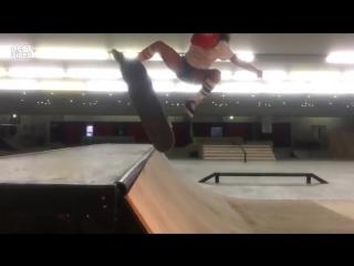 9 летняя девочка круто катается на скейте