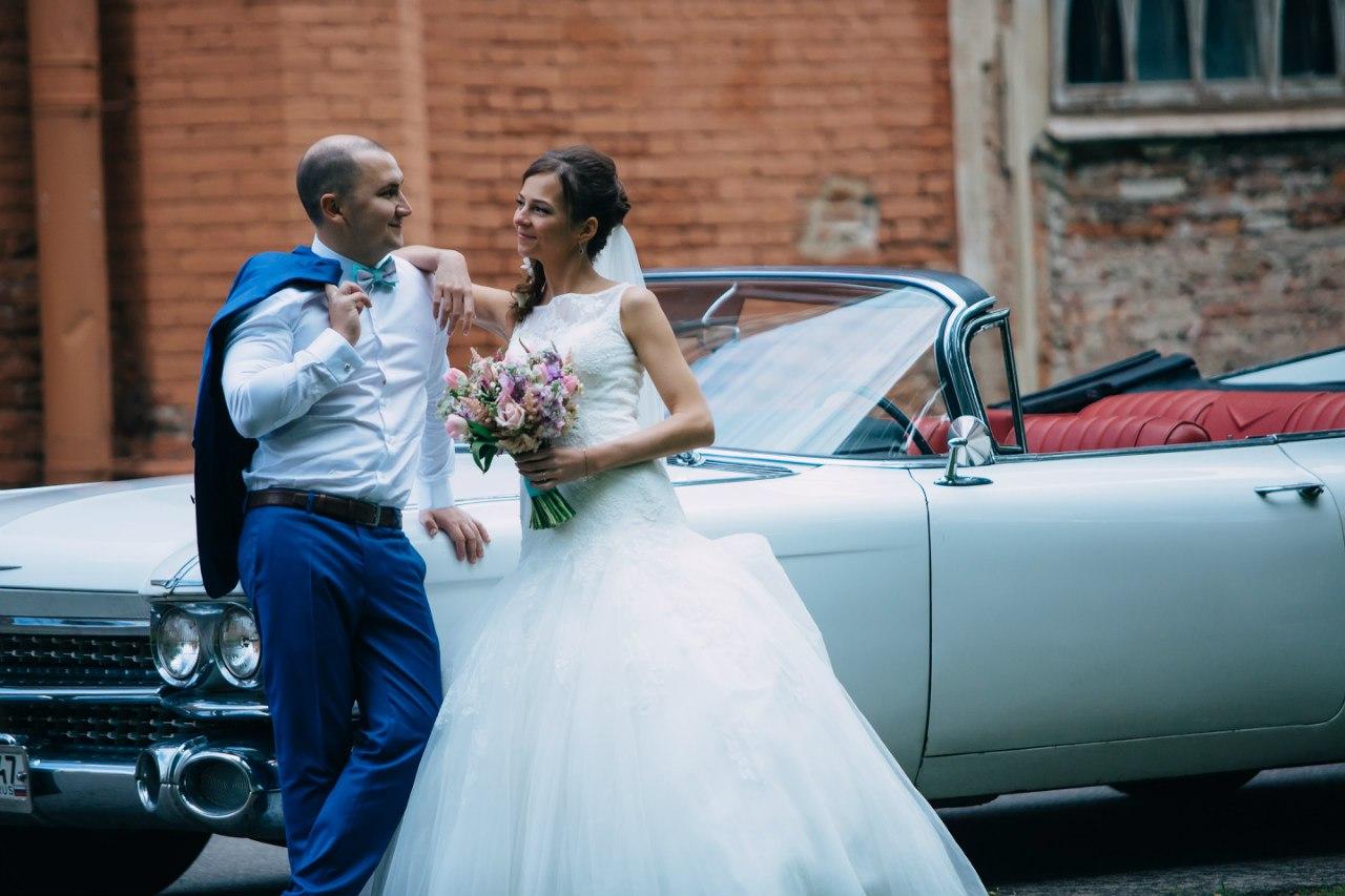 жених и невеста на фоне старинного кабриолета