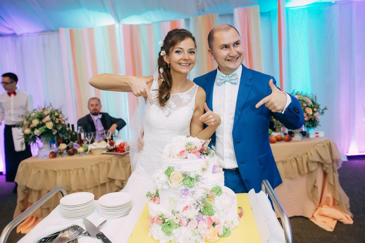 жених и невеста и свадебный торт