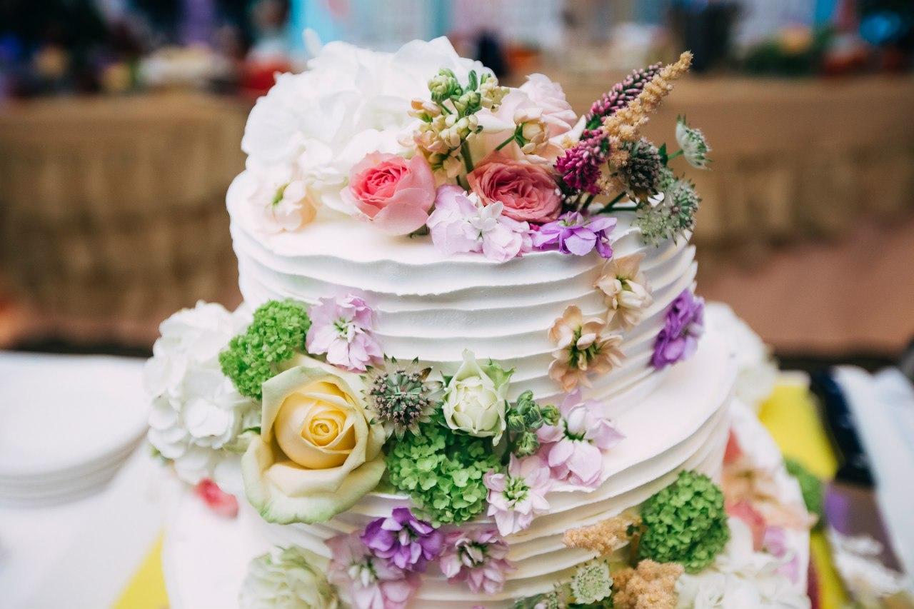 свадебный торт, украшенный живыми цветами