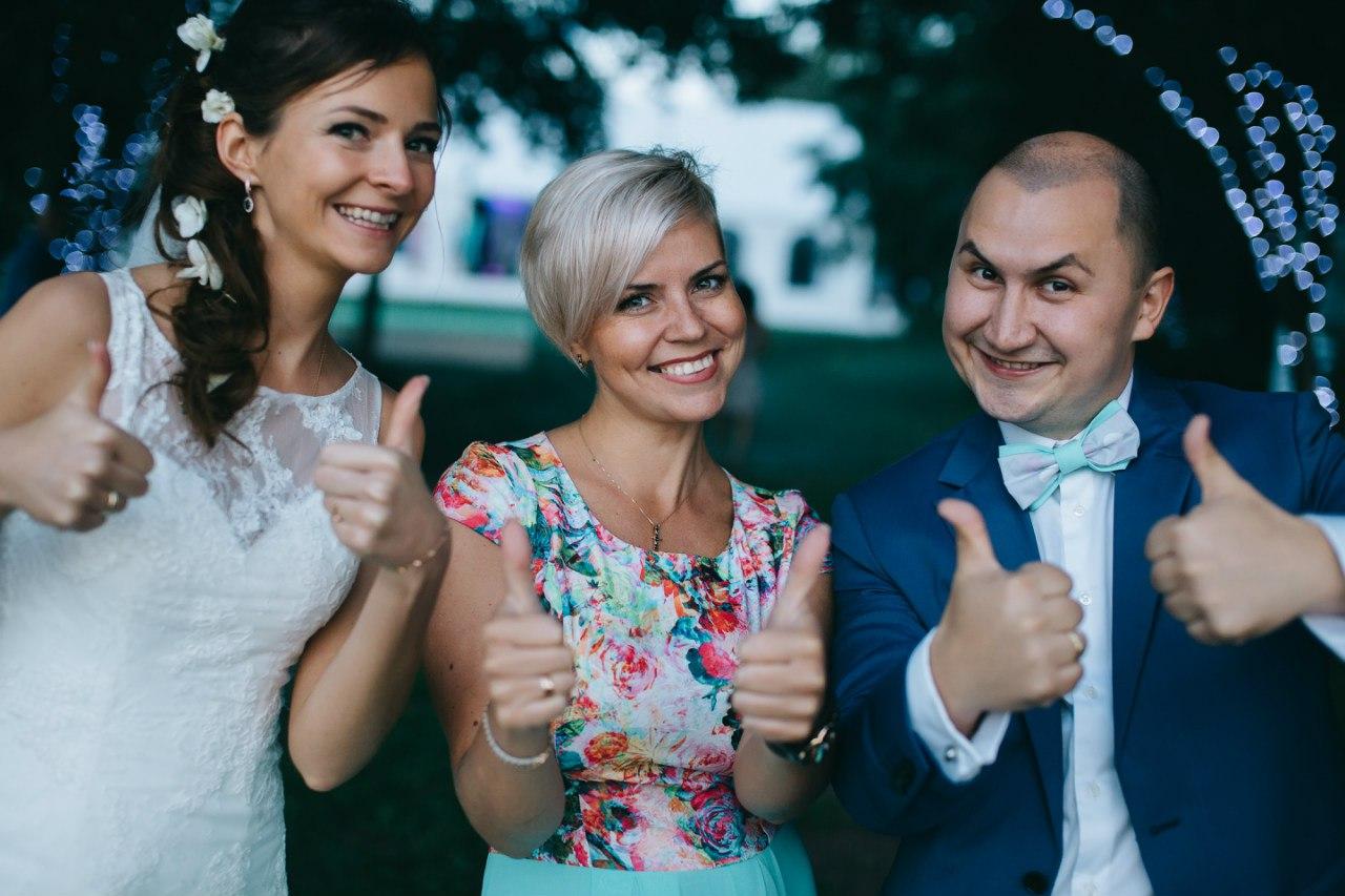 жених и невеста со свадебным организатором