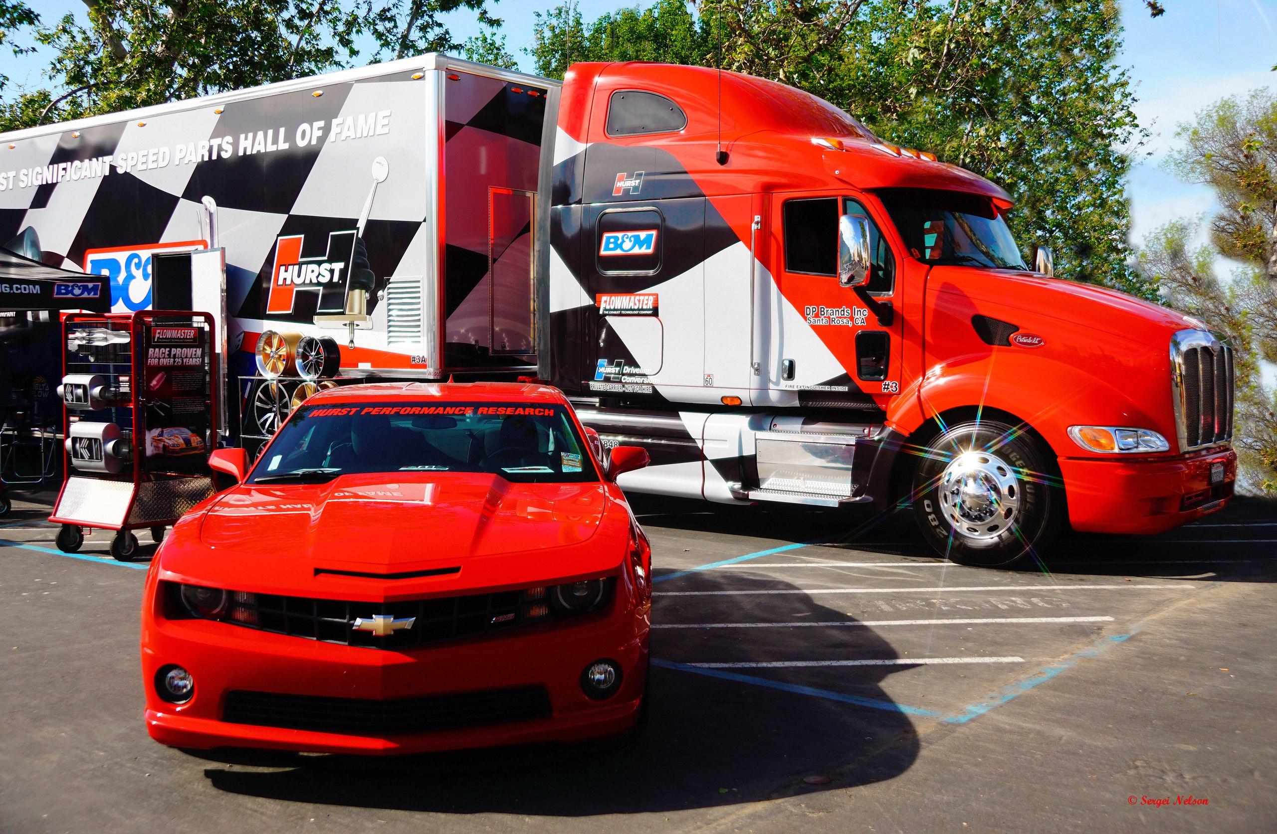 форд мустанг и грузовик красного цвета