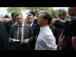 """Медведев: """"Денег нет, но Вы держитесь здесь, вам всего доброго, хорошего настроения и здоровья!"""""""