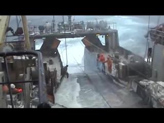 Жесть! Выборка трала в шторм, экстремальная ловля рыбы Мурманск