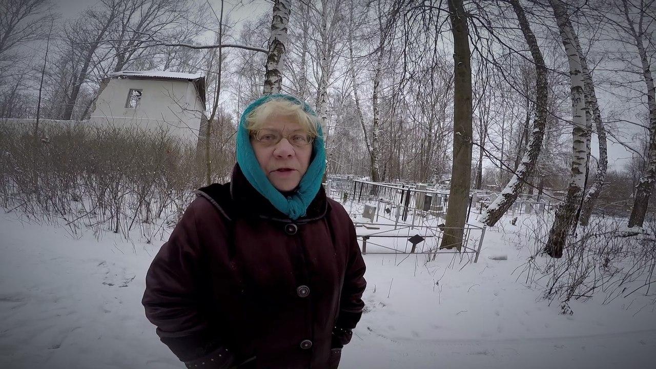 Галина Николаевна показывает руины