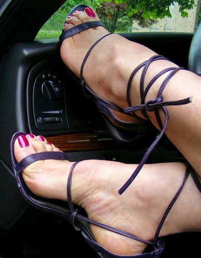 Любитель полизать ножки дамам #12